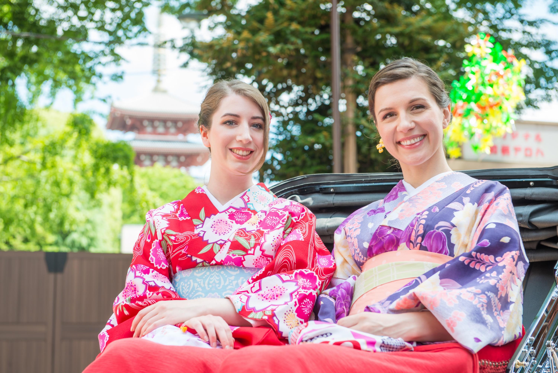 外国人女性の日本観光風景