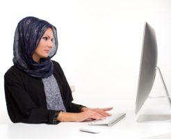 コンピューターをうるアラビア人女性