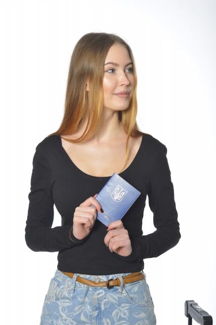 パスポートを持つ外国人女性